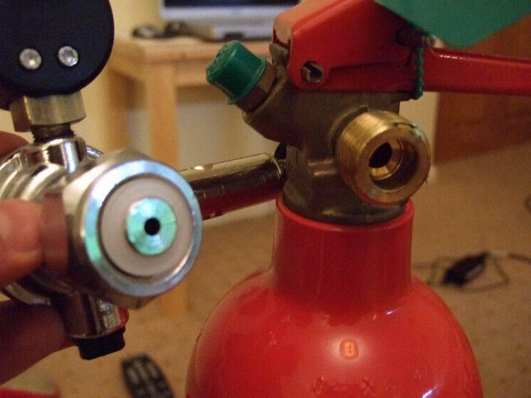 De drukregelaar voor het aquarium aansluiten op de CO2 brandblusser