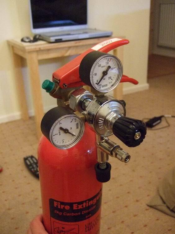 Plaats de drukregelaar op de CO2-fles